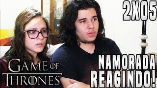 """O vídeo de hoje será a minha namorada reagindo ao episódio Cinco da Segunda Temporada de Game of Thrones """"The Ghosts of Harrenhal"""". Infelizmente os arquivos dela reagindo ao episódio 2x04 ficaram corrompidos, então será """"O Episódio Perdido"""" do canal.► LINKS E REDES SOCIAISCanal Principal: https://www.youtube.com/user/TheDanielsSkMeu Twitter: https://twitter.com/TheDanielsSkMeu Instagram: http://instagram.com/TheDanielsSkPágina no Facebook: http://www.facebook.com/TheRealDanielsSkPara Contato Profissional: contatodaniels@gmail.com!"""