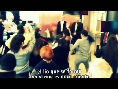 video que muestra a unas personas como cantan rumba en un banco a modo de protesta