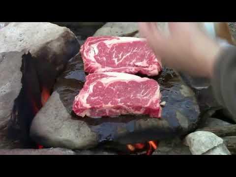 Sinh tồn nơi hoang dã: Nướng thịt bò bít tết ngon trên đá nóng ăn sống qua ngày