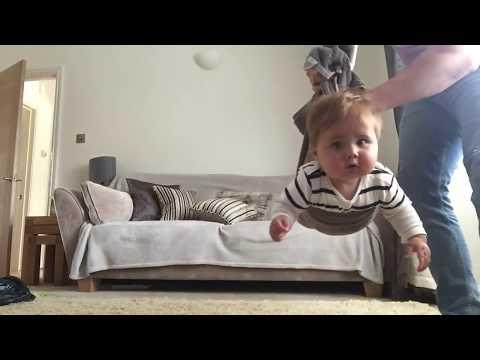 這位媽媽感謝著弟弟抽空替自己照顧寶寶一下下時,憋著笑的弟弟拿出這段剛拍的影片播給她看…