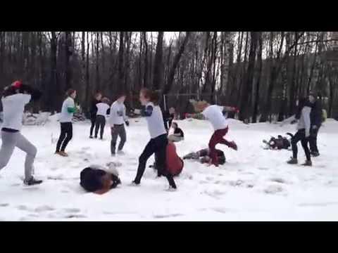 девушки дерутся на снегу фото