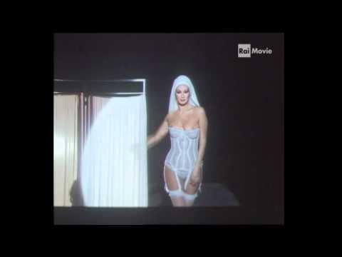 Edwige Fenech strip sex bomb (видео)