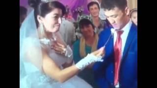 Невеста игриво кормит жениха