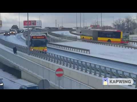 Ostry drift autobusem – we Wrocławiu zima zaskoczyła drogowców…