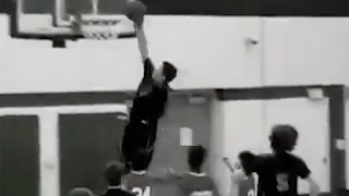 Watch 8th-Grader Trashaun Willis Born With Only One Arm DUNK In-Game!