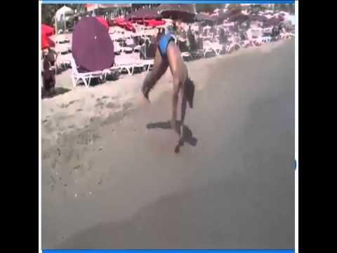 Chàng trai biểu diễn nhào lộn như hack tại bãi biển