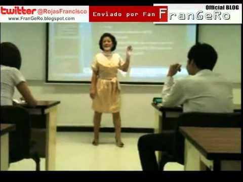 Maestra rompe celular de alumno en clase