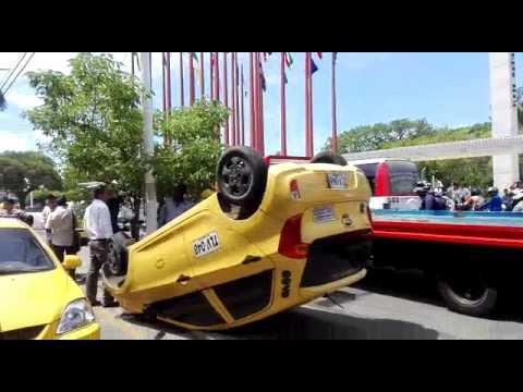 Un taxi cae de 'camabaja' donde era transportado