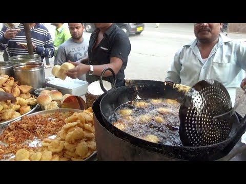 Mumbai Famous Street Food |  Spicy Vada Pav @ 12 Rs | Mumbai People Enjoying Roadside Snacks