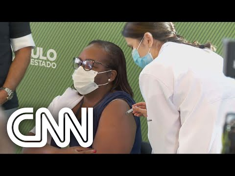 Enfermeira do hospital Emílio Ribas é a primeira pessoa a se vacinar contra a Covid-19 no Brasil
