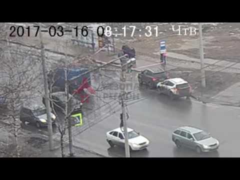 В Ярославле человек провалился под землю прямо на остановке - DomaVideo.Ru