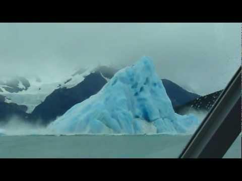 Valtava jäävuori pyörähtää ympäri