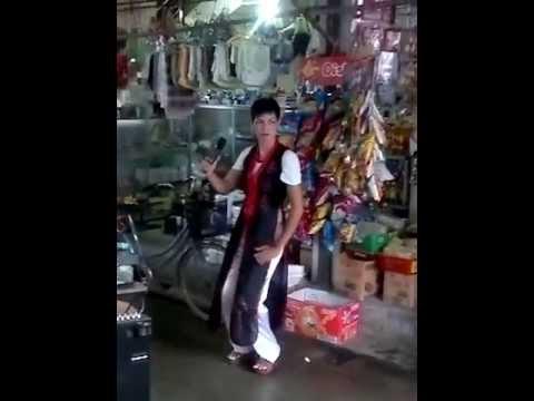 Cô gái hát rong quá điệu :))