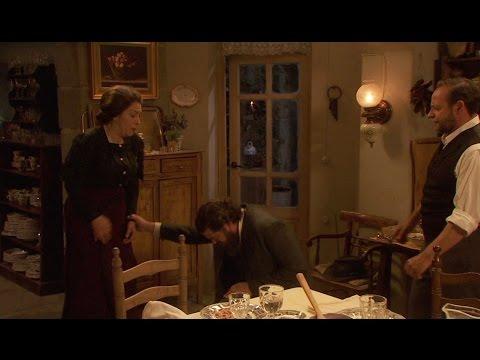 il segreto - mauricio supplica in ginocchio donna francisca