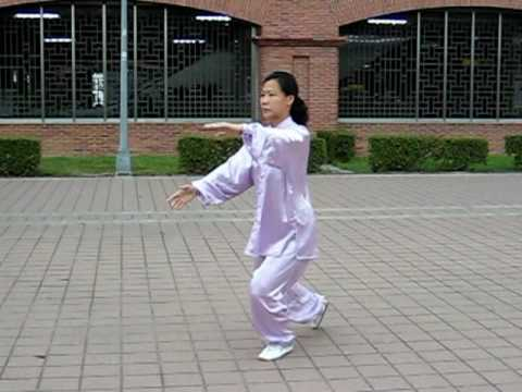 98.05.21-王麗淑在淡水捷運車站練習24式太極拳