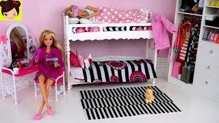 Barbie y su Gemela Rutina de la mañana en vacaciones de verano. Barbie y su hermana comparten una linda habitacion rosada con literas ( beliche para barbie) . La abuelita las despierta para tomar desayuno! Barbie Lexi se va a un desfile de moda y Samantha se va a la playa con sus amigos! Barbie se bañan y se aregla, se prueba vestidos y comienza su dia!Tambien abrimos una nueva muñeca de Barbie pink passport que viene con mucha ropa y accesorios como vestidos y mas!Barbie Rutina de Noche Pijamada de Hermanas - Habitacion con Literas de Muñecashttps://youtu.be/b02rOb3lNV4Mas videos infantiles para niñas con juguetes.Barbie Rutina de La Mañana en Dormitorio de Escuela - Video Jugando con MuñecasBarbie y Ken y sus amigos de campamentohttps://www.youtube.com/edit?o=U&video_id=iqSTTcLWpgoBarbie es una muñeca conocida por todo el mundo pero le llaman diferentes nombres en otros paises como:Barbie Beliche Quarto noite de rotina, Barbie boneca Banheiro Quarto Manhã Rotina  , Beliche para Barbie Quarto  , Novelinha rotina da barbie noite , barbie sereia de brinquedo