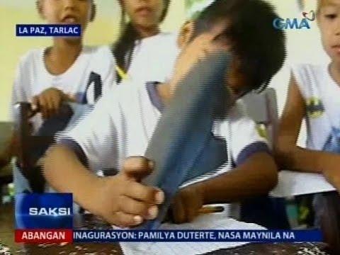 這位小二的男童在上課時突然把拖鞋放到桌子上面,當老師正準備開口罵時卻發現了這超心疼一幕