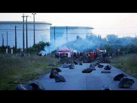 Γαλλία: Κλιμάκωση με αποκλεισμούς διυλιστηρίων – Ελλείψεις στην αγορά