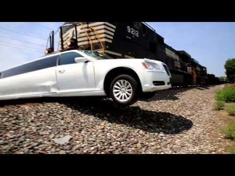 Pogledajte trenutak u kojem se voz zakucava u luksuznu limuzinu (video)