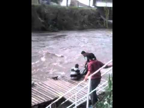 Rescatan a un joven de las aguas del Arroyo San Lorenzo
