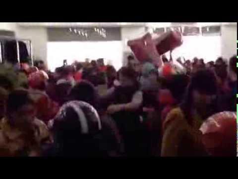 Hàng trăm người lao vào la hét, giành giật quần áo giảm giá tại Thái NGuyên