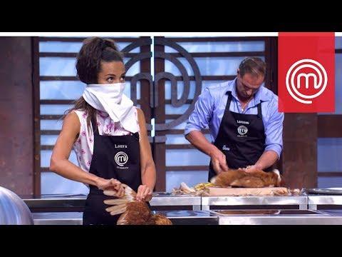 Laura Barriales non riesce a spennare la gallina   Celebrity MasterChef Italia 2