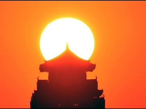 姫路城、朝日に舞う