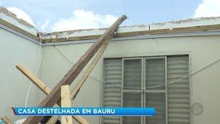 Moradora tem casa destelhada durante temporal em Bauru