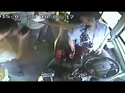驚悚慎入!公車司機開車時大吐血!