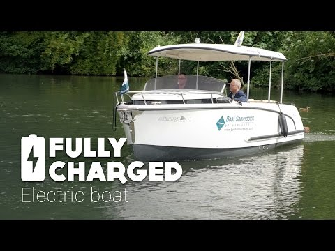 A big thank you to Robert at the Fully Charged Show for spending time with us to take trip out on the Alfastreet 23c. A gentle meander down the peaceful Thames river on a glorious summer day in Olde England, and there's no noise or vibration because this boat is electric. Subscribe to the Fully Charged Show for more on electric fun.