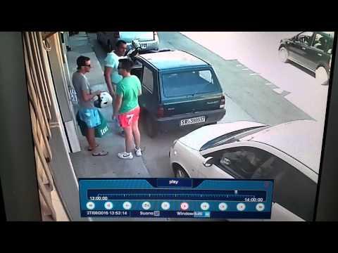 這兩個男子路邊正聊得正開心之際,突然出現一名男子做出「這一個動作」,把他們給嚇呆了!