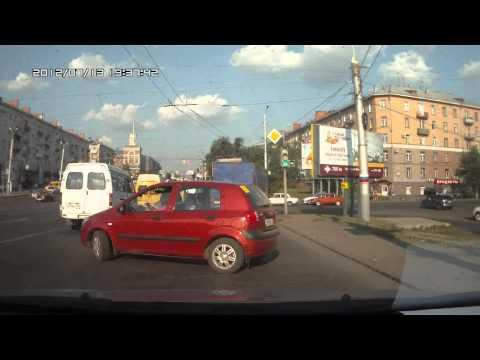 Опасная блондинка за рулем в Омске