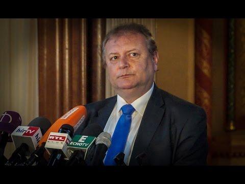 Hiller István, az Országgyűlés szocialista alelnöke hétfőn Budapesten sajtótájékoztatón