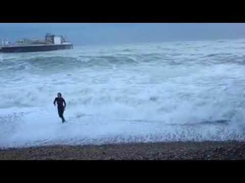 Nainen ryntää myrskyisään mereen pelastamaan koiransa