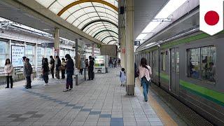 일본, 요코하마 시, 중구의 JR 사쿠라기초 역에서, 한 남성이 선로에 추락하는 사고가 있어, 남성 경찰 2명이 간발의 차로 남성을 구조해냈다고 합니다.지난 4월 29일, 오후 9시 10분 경, 30대 남성이 플랫폼에서 의식을 잃고 쓰러지면서, 선로 아래로 떨어졌습니다.가까이에 있던 여성이 비명을 지르자, 경찰 2명이 사고가 발생했음을 알게 되었다고 합니다.경찰 2명은 즉시 선로로 뛰어들어, 남성을 구조하려고 했지만, 전차도착 방송이 흘러나온 탓에, 남성을 플랫폼 아래에 있는 대피구역으로 이동, 직후 전차가 역에 진입했으나, 부상을 입은 이는 없었다고 합니다.-----------------------------------------토모뉴스는 리얼 뉴스 최고의 소식통입니다. 저희들은 인터넷에서 가장 재미있고 이색적이며, 가장 많이 화제가 되고 있는 이야기들을 다룹니다. 저희가 말하는 톤은 과감하며, 필터가 없습니다. 여러분들이 웃으면, 저희도 웃습니다. 여러분들이 분노하면, 저희도 분노합니다. 있는 그대로 이야기를 전해드립니다. 토모뉴스는 이야기들을 애니메이션화할 수 있기 때문에, 본 적, 들은 적도 없는 뉴스를 여러분들께 전달해드립니다.