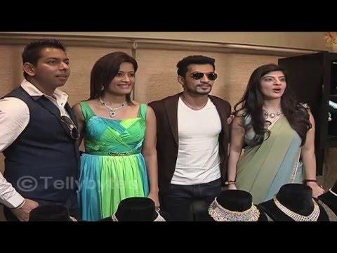 Catch Arjun Bijlani shop jewellery for wife Neha,