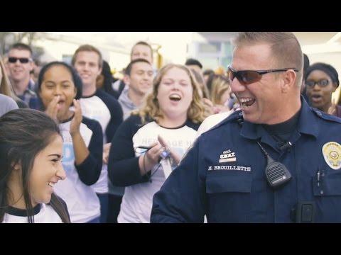 這女生被拍了「不雅影片」在校長室問話,但當警察一看到影片卻直接哭了出來…