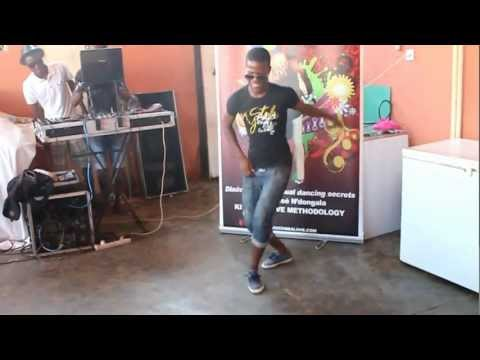 toques de house - José N'dongala's cousins dancing Afro house with some Kwaito steps no quintal @ home in Angola For Afro House, Kwaito, Semba/Kizomba classes in Angola: pleas...