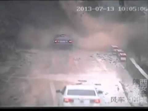 Carro es atrapado por una avalancha de tierra