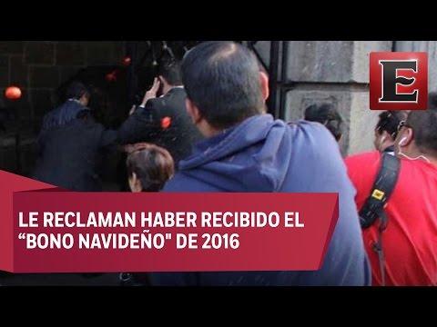 Jóvenes le lanzan jitomates al priista César Camacho