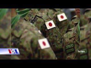 """Tin tức: http://www.facebook.com/VOATiengViet, http://www.youtube.com/VOATiengVietVideo, http://www.voatiengviet.com. Nếu không vào được VOA, xin các bạn hãy vào http://vn3000.com để vượt tường lửa. Nhật Bản và Đức vừa ký một thoả thuận hợp tác để phát triển công nghệ quốc phòng mới. Đây là hiệp định song phương thứ tám mà Tokyo ký với nước ngoài kể từ khi chính phủ của Thủ tướng Shinzo Abe tái xét những hạn chế pháp lý, và Hạ viện Nhật thông qua luật an ninh, cho phép lực lượng tự vệ Nhật Bản sát cánh chiến đấu với các đồng minh trong trường hợp bị tấn công. Theo tờ Asahi Shimbun, Nhật đã âm thầm ký thỏa thuận với nước Đức, và không có thông báo chính thức nào được đưa ra. Tuy nhiên, một số nguồn tin của chính phủ xác nhận thỏa thuận về chuyển giao thiết bị và công nghệ quốc phòng đã được ký kết giữa Đại sứ Takeshi Yagi và bà Katrin Suder, Thứ trưởng Quốc phòng Đức. Theo kế hoạch mới được biết dưới tên Chính sách Quốc phòng Năng động, trọng tâm chuyển sang khả năng chủ động bảo vệ lãnh thổ Nhật Bản và đóng góp cho hòa bình và ổn định quốc tế. Theo các quy định mới, được gọi là """"Ba Nguyên tắc về Thiết bị Quốc phòng và Chuyển giao Công nghệ"""", Nhật Bản có thể xuất khẩu các thiết bị phòng thủ để hỗ trợ hòa bình và ổn định quốc tế. Mặc dù Nhật Bản không đề cập đến những mối đe doạ cụ thể mà nước này phải đối mặt, rõ ràng mối quan ngại chính là Trung Quốc và Bắc Triều Tiên."""
