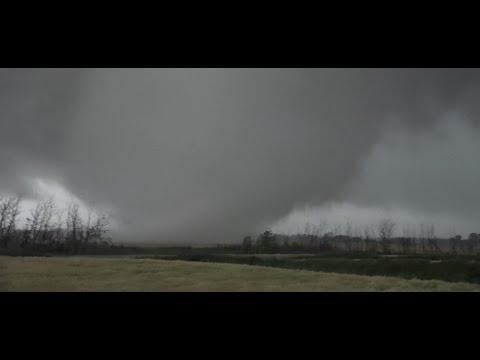 Nghề quay video bão, lốc ... kể ra cũng điên thật :(