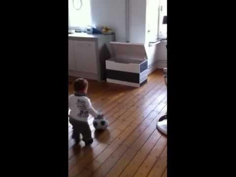 「[サッカー]わずか1歳半ながらもオランダ1部のクラブと契約させた赤ちゃんのプレー動画。」のイメージ
