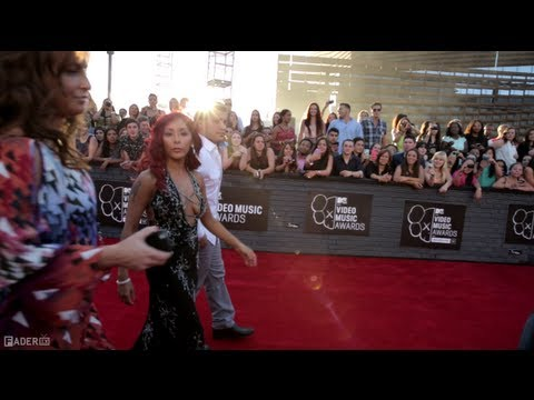 2013 MTV VMAs Red Carpet - Behind The Scenes