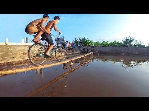 NTN - Thử Thách Đua Xe Đạp Trên Cầu Tre 10 CM ( Biking on the bridge 10 CM ) (видео)