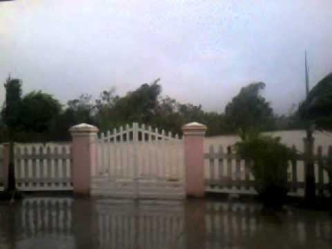 Clip bão số 11 rất mạnh tại Quảng Nam sáng 15/10/2013