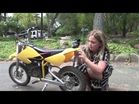 Mädchen zieht ihrem kleinen Bruder den Zahn indem sie es an ihr Motorrad bindet und losfährt!