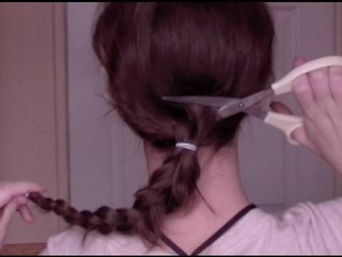 si taglia i capelli in diretta e li dona ai bimbi malati di cancro