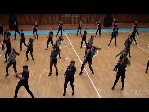 12.B osztály szalagavató tánca