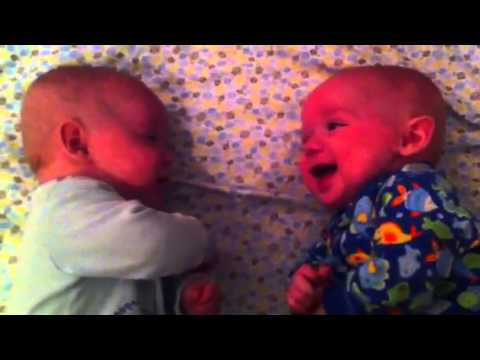 Położyła bliźniaki do snu obok siebie. Gdy zobaczyła co robią, natychmiast sięgnęła po kamerę!